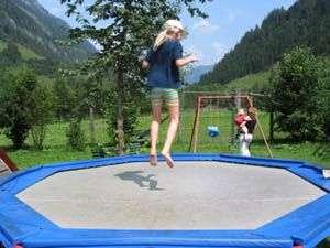 trampoline octogonal avec une jeune filel qui saute